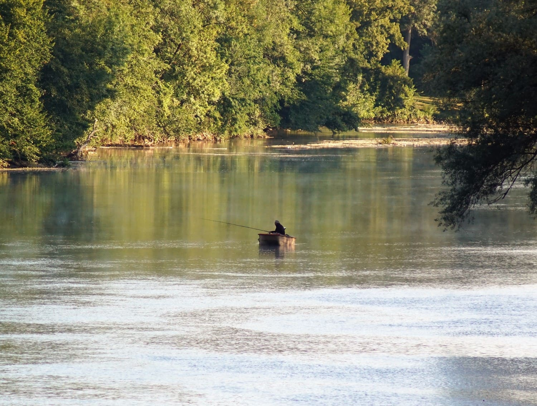 Pêche sur la Dordogne près d'un camping 3 étoiles